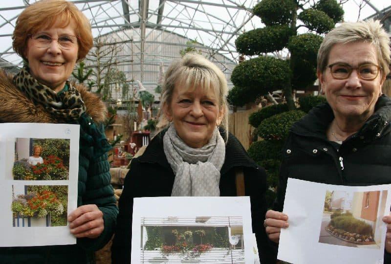 In der Gärtnerei: Regina von Dechend (3. Preis), Johanna Kamieniecka (2. Preis) und Michaela Schmitz-Schlär (v.l.) zeigen Fotos der ausgezeichneten Balkone und der Gewinner-Freifläche. © Foto: MOZ